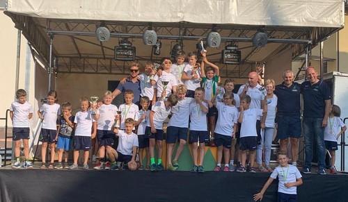 La squadra Giovanissimi del Cembra sul palco premiazioni
