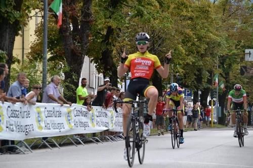 L'esultanza di Alberto Bruttomesso sul traguardo del Trofeo Nino Forenza