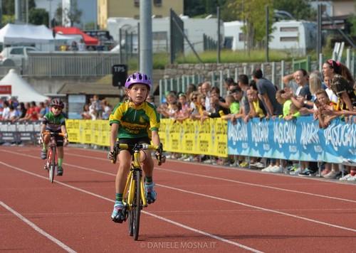 Odette Leoni della Ciclistica Dro taglia per prima il traguardo (foto D. Mosna)