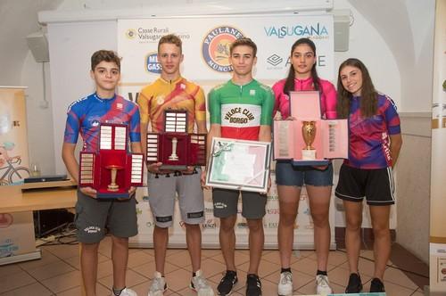 Capra (al centro) e i compagni di squadra con le maglie della Coppa d'Oro