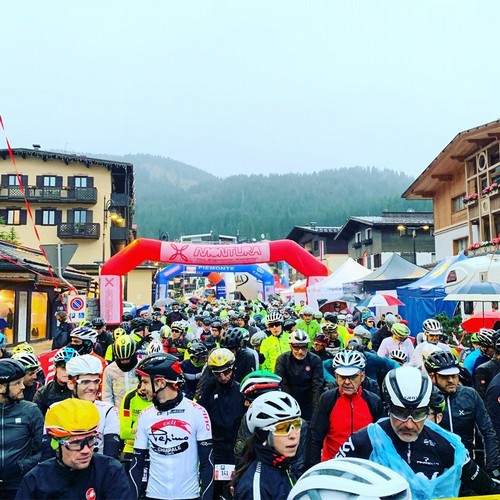 Gli atleti prima del via della seconda edizione della Top Dolomites