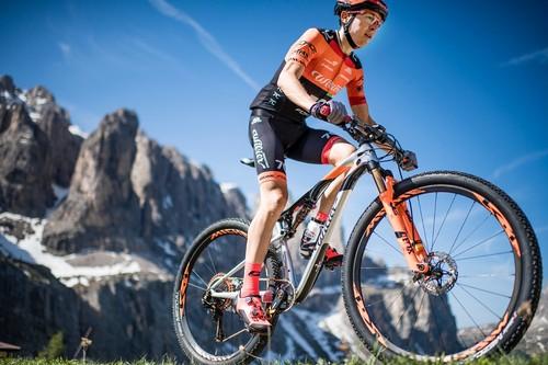 Il biker trentino di Siror Tony Longo in azione
