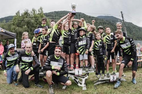 Foto di gruppo per i vincitori del Centro Bike Val di Sole