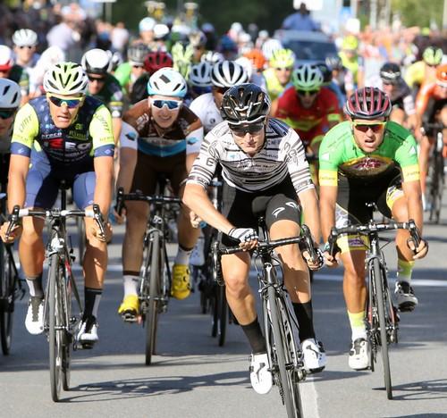 Nicola Venchiarutti supera Zambelli (a sinistra) e Di Felice in volata