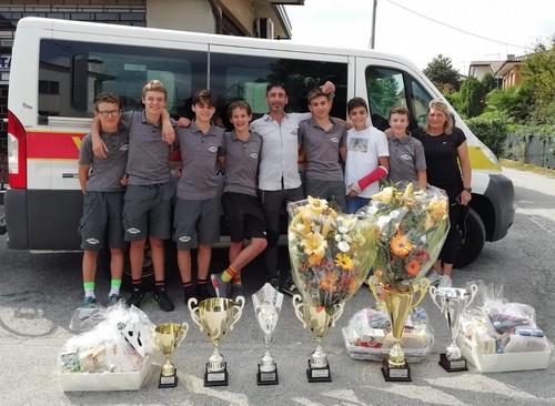 Foto di gruppo per gli Esordienti del Vc Borgo con i trofei vinti ad Asolo