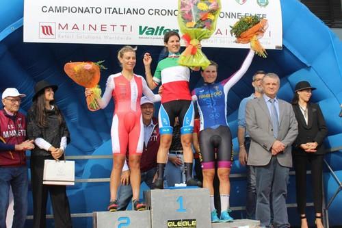 Il podio con Elena Cecchini (al centro) in maglia tricolore