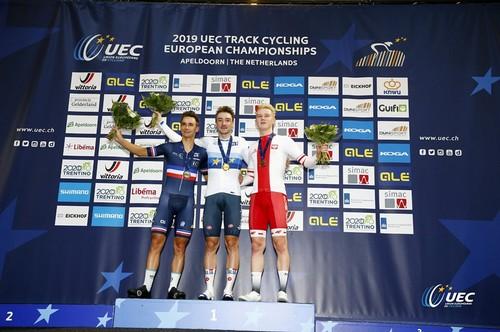 Elia Viviani sul podio ad Apeldoorn con la medaglia d'oro