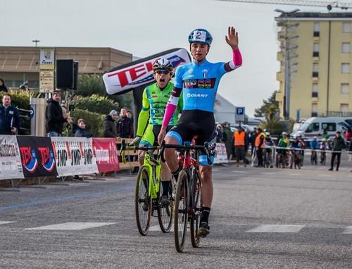 L'arrivo vittorioso di Toneatti su Fruet (foto A. Billiani)