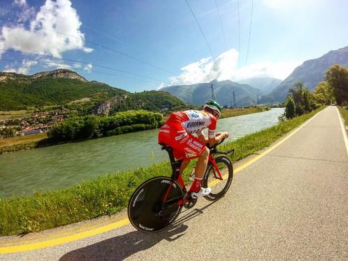 Mattia Bais testa la bici da crono in ciclabile