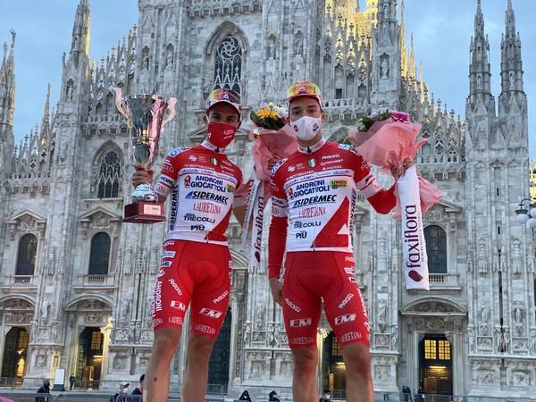 Mattia Bais (a sinistra) sul palco in Piazza Duomo a Milano