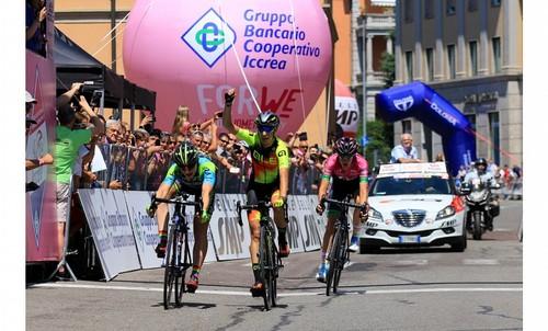L'arrivo della quarta tappa del Giro Rosa vinta allo sprint da Letizia Borghesi, sulla sinistra