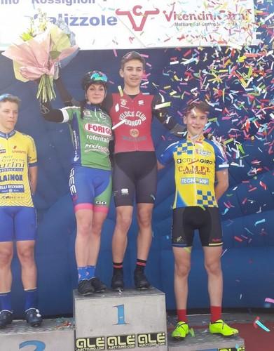 Thomas Capra (al centro) sul podio della gara di Nave