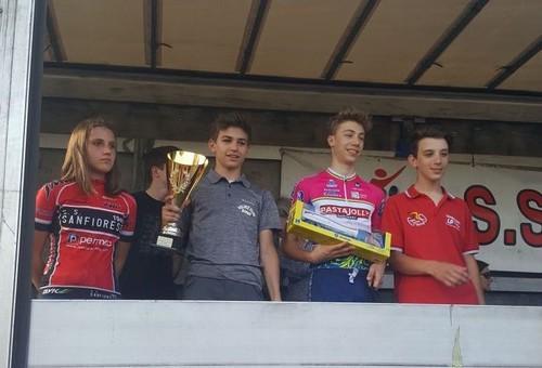 Il podio con Thomas Capra sorridente con la coppa del vincitore