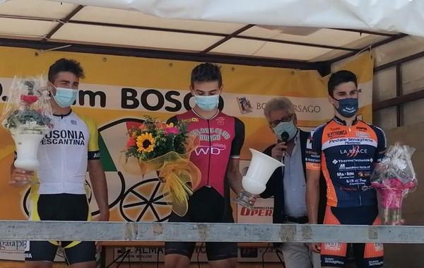 Thomas Capra (al centro) e Galante (a sinistra) sul podio a Bibano