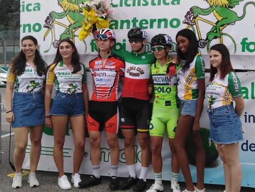 Thomas Capra in maglia tricolore sul podio a Imola