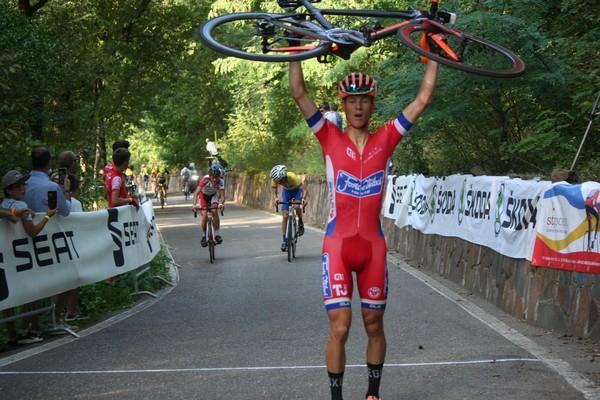 Lorenzo Cazzaniga può esultare sul traguardo del Trofeo Gimur