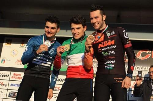 Il podio con Jakob Dorigoni in maglia tricolore