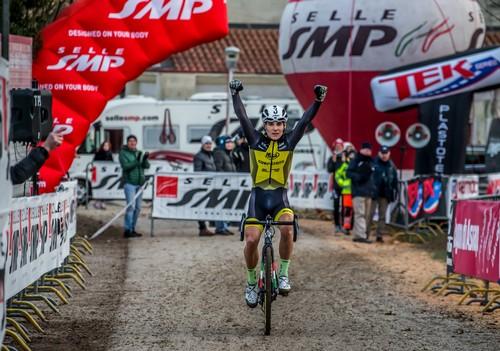 L'arrivo a braccia alzate di Jakob Dorigoni (foto A. Billiani)