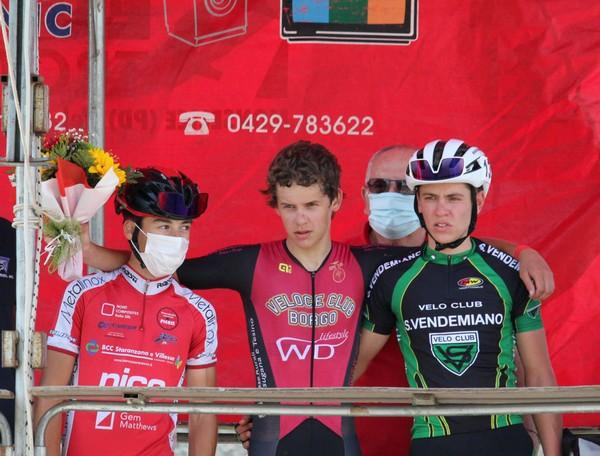 Il podio della corsa di Monselice con Elia Andreaus al centro