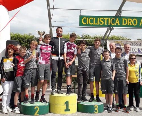 Foto di gruppo per gli atleti del Vc Borgo con i campioni provinciali Capra ed Andreaus