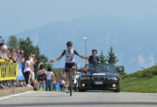 L'arrivo vittorioso di Andrea Zamboni sul traguardo di Vason (foto D. Mosna)