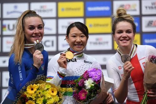 Letizia Paternoster (a sinistra) mostra la sua medaglia d'argento