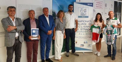 Foto di gruppo per autorità, organizzatori e la testimonial degli Italiani delle Terme di Comano