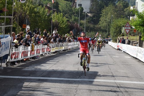 Federico Iacomoni taglia il traguardo a braccia alzate: è la seconda vittoria del 2017