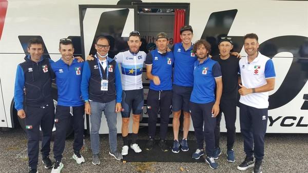 Trentin (secondo da sinistra) con la squadra azzurra a Plouay