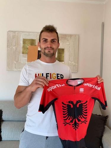 Kamberaj con il body della nazionale albanese messo all'asta