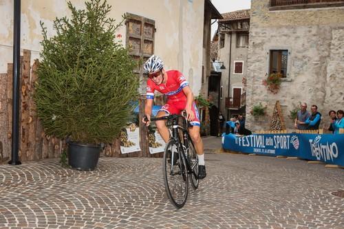 Il bleggiano Michele Berasi all'arrivo, terzo nella gara di casa (foto R. Merler)