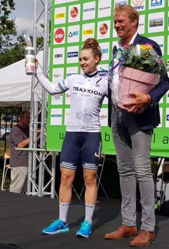 Letizia Paternoster con la maglia bianca di miglior giovane del BeNe Tour
