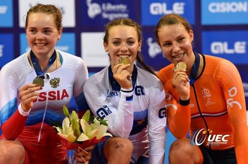 Letizia Paternoster con la medaglia d'oro conquistata nell'inseguimento a squadre