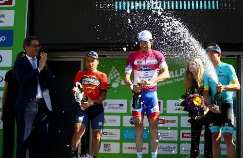 Pinot con la maglia di leader sul podio finale del Tour of the Alps (Pentaphoto)