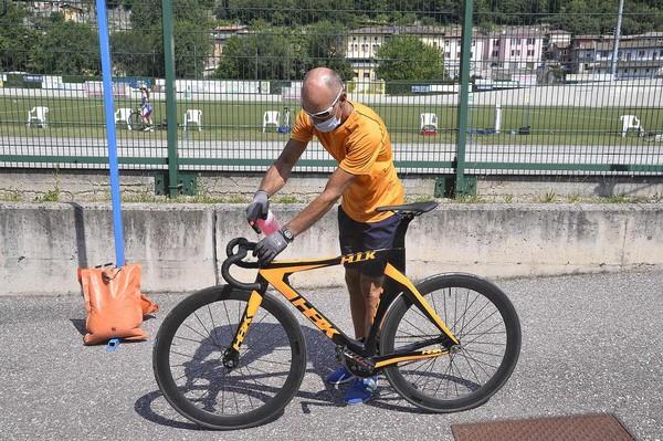 Stefano Sartori effettua l'igienizzazione delle biciclette