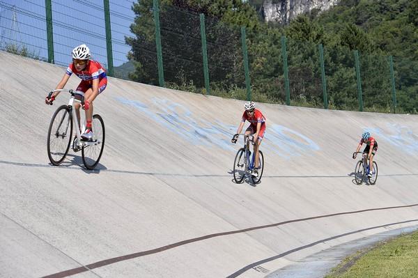 Atleti in pista al velodromo di Mori (foto D. Mosna)
