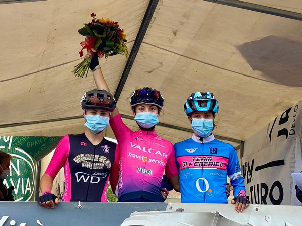 Angelica Battisti (a sinistra) sul podio a Sarcedo