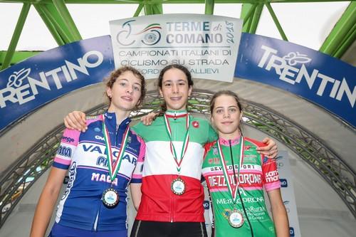 Il podio con Sara Piffer (sulla destra) con al collo la medaglia di bronzo