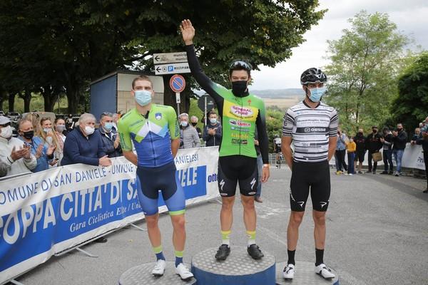 Il podio con Smarzaro al centro e Davide Bais a destra