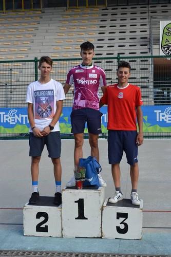 Il podio Allievi con Edoardo Zambanini al centro in maglia fucsia