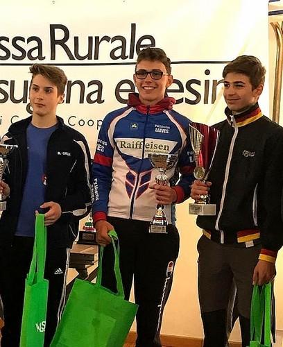 La premiazione della corsa Esordienti 2005 con Serafini (2°) al centro e Capra (1°) a destra
