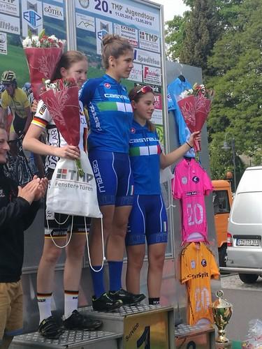Elisa Tonelli sul gradino più alto del podio in Germania con la maglia azzurra