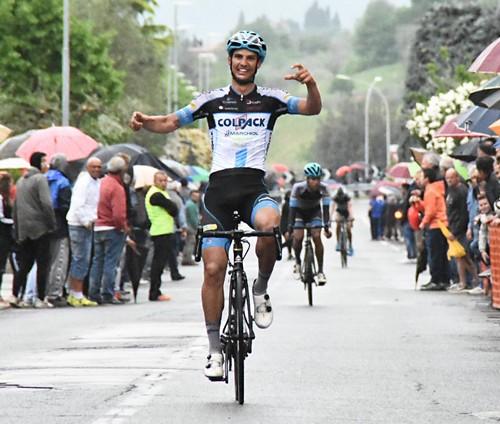L'arrivo a braccia alzate di Andrea Toniatti al Giro della Provincia di Biella