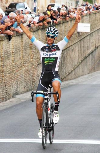 L'arrivo a braccia alzate di Andrea Toniatti sul traguardo di Osimo
