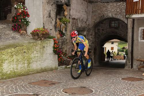 Damiano Valerio in azione nel tratto finale nel borgo di Rango (foto R. Merler)