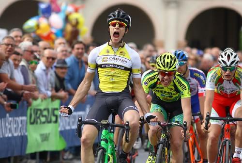 L'urlo di Edoardo Zambanini, alla prima vittoria nella categoria juniores