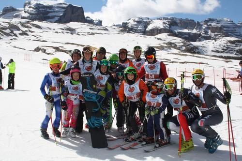 foto di gruppo per una delle squadre di Sciare col Cuore