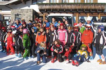 Giulia con i ragazzi dello Ski Club San Martino
