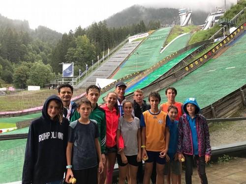 Annika Sieff (tuta rossa) e gli altri atleti con il campione olimpico Frenzel