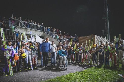 Matteo Antico festeggiato al centro del salto di Predazzo